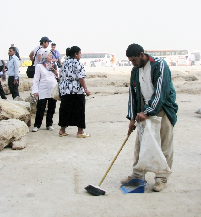 Keeping the plateau around the Pyramids clean